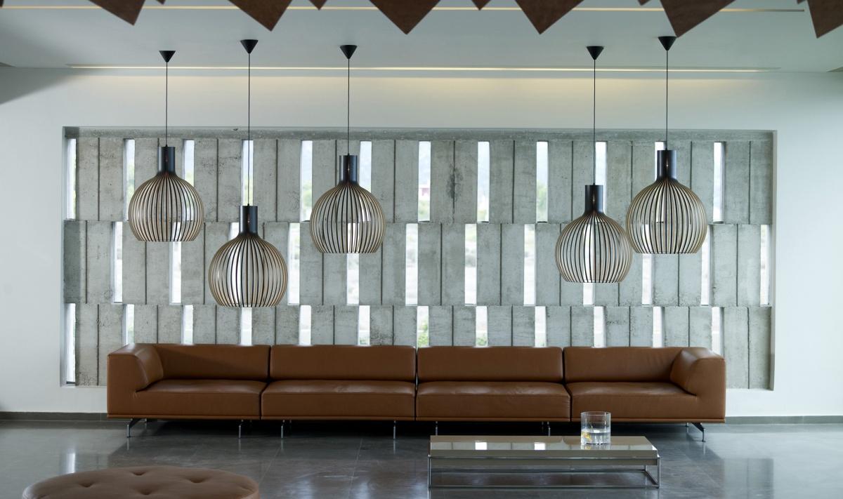 Octo 4240 taklampa från Secto Design, hotellmiljö