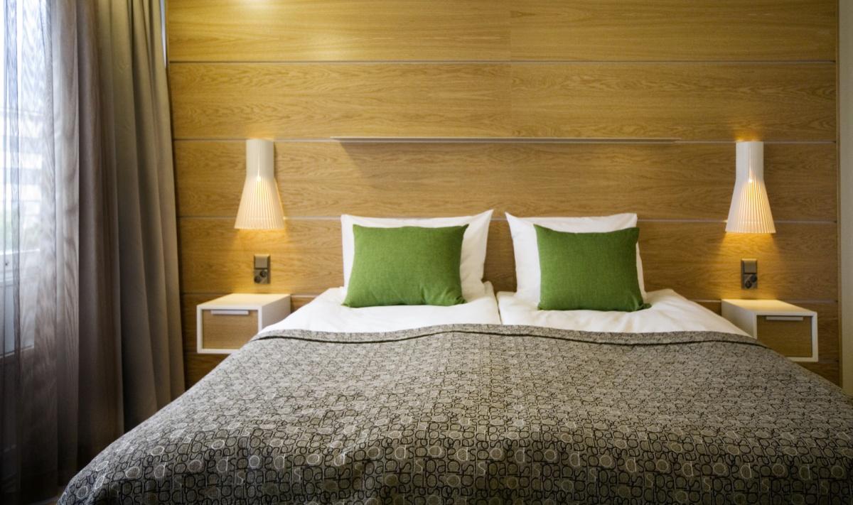 Vägglampa Secto 4231 på ett hotellrum