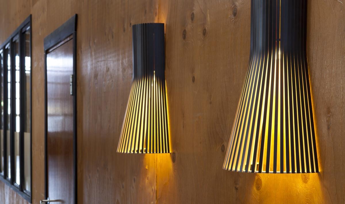 Vägglampan Secto 4231 i en korridor på ett hotell
